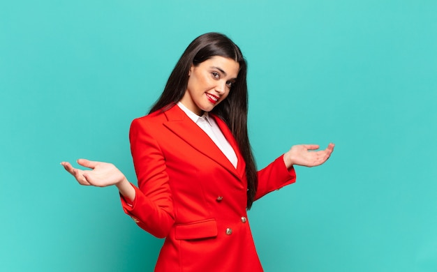 Młoda ładna kobieta wyglądająca na szczęśliwą, arogancką, dumną i zadowoloną, czując się jak numer jeden. pomysł na biznes