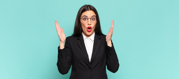 Młoda ładna kobieta wyglądająca na zszokowaną i zdziwioną, ze zdziwieniem opadła szczęka, gdy zdała sobie sprawę z czegoś niewiarygodnego. pomysł na biznes