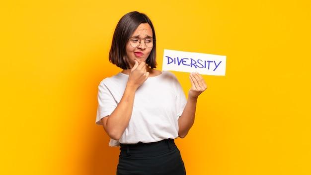 Młoda ładna kobieta z deską różnorodności