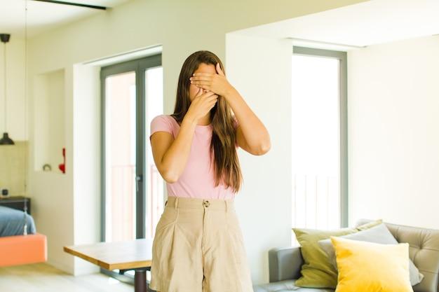 Młoda ładna kobieta z długimi włosami w pomieszczeniu