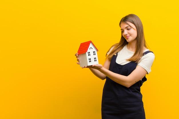 Młoda ładna kobieta z domu model pomarańczowy