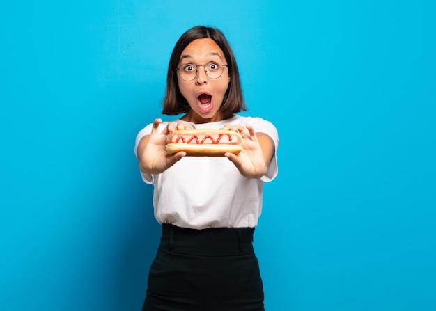 Młoda ładna kobieta z hot dogiem
