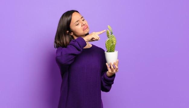 Młoda ładna kobieta z kaktusem