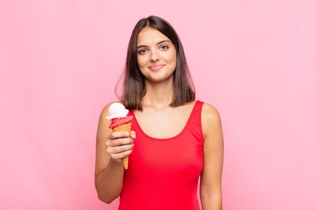 Młoda ładna kobieta z koncepcją lato lody stożek