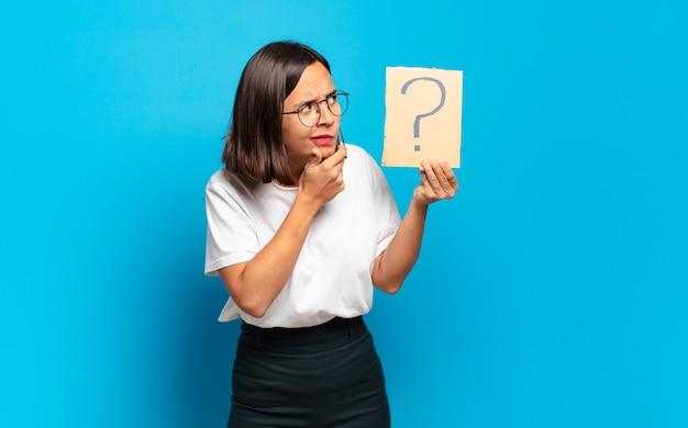 Młoda ładna kobieta z koncepcją znaku zapytania