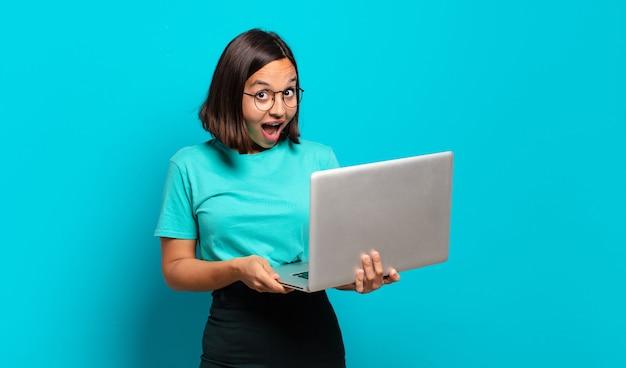 Młoda ładna kobieta z laptopem