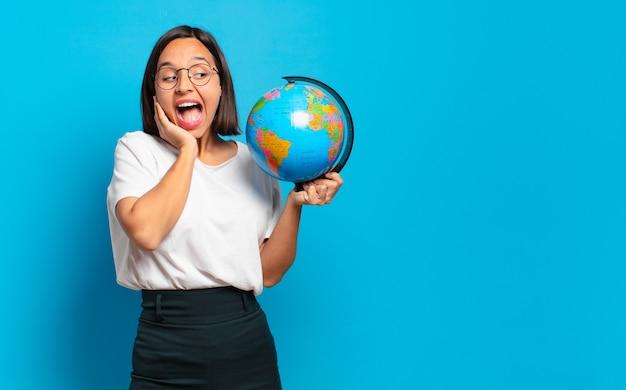 Młoda ładna kobieta z mapą kuli ziemskiej