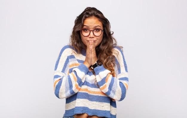 Młoda ładna kobieta z pasiastym swetrem i okularami