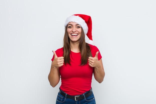 Młoda ładna kobieta z santa hat. koncepcja bożego narodzenia.