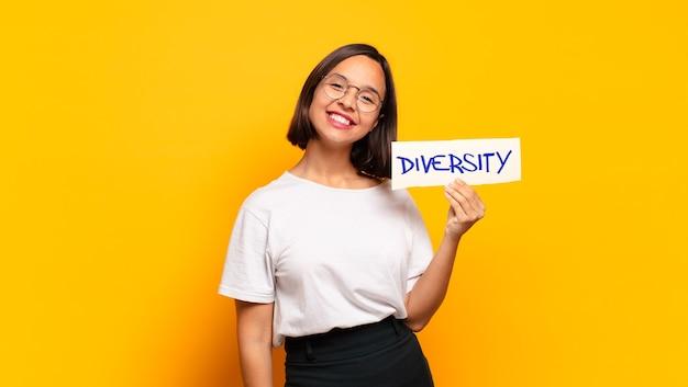 Młoda ładna kobieta z sztandarem różnorodności