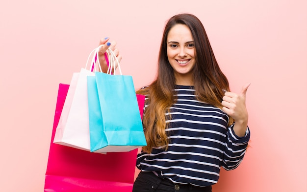 Młoda ładna kobieta z torba na zakupy
