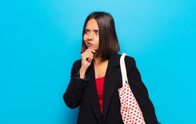 Młoda ładna kobieta z torbą w kształcie serca