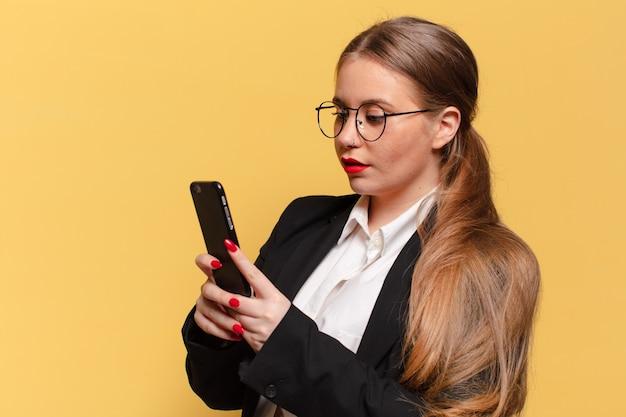 Młoda ładna kobieta zdezorientowana koncepcja inteligentnego telefonu wyrażenie