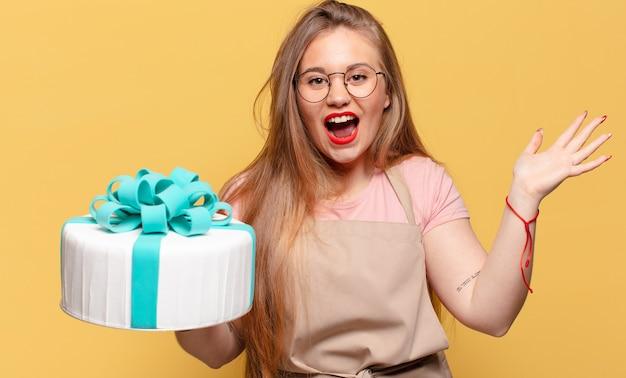 Młoda ładna kobieta. zszokowany lub zaskoczony koncepcja ciasta wyrażenie