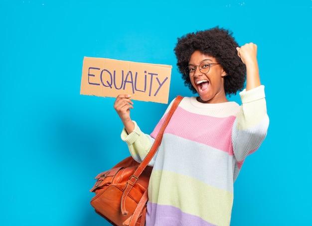 Młoda ładna koncepcja równości afro kobieta