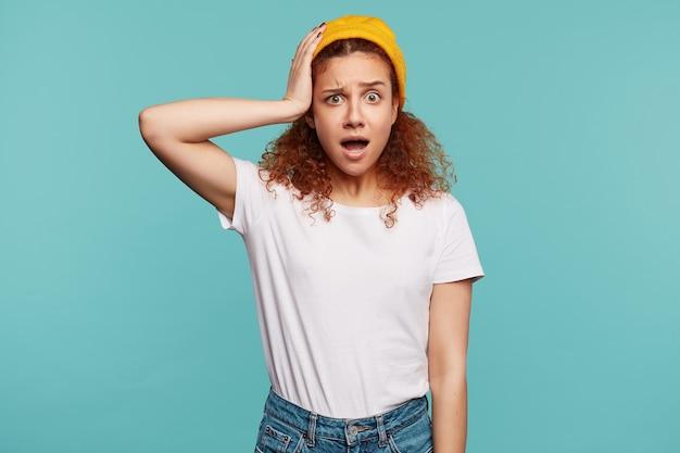 Młoda ładna kręcona brunetka dama z przypadkową fryzurą na białym tle