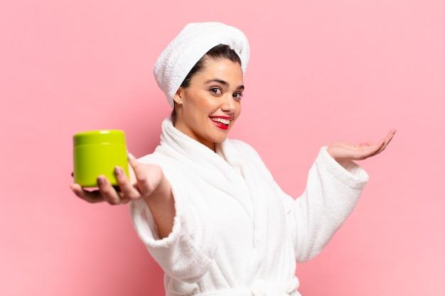 Młoda ładna latynoska kobieta. dumna i szczęśliwa koncepcja produktów prysznicowych z ekspresją