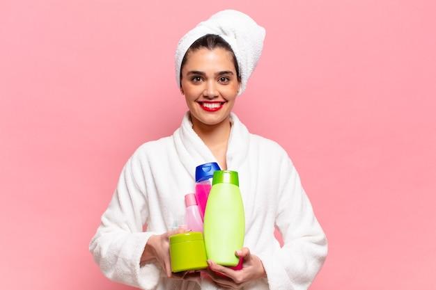 Młoda ładna latynoska kobieta. szczęśliwy i zaskoczony wyraz twarzy. koncepcja produktów prysznicowych