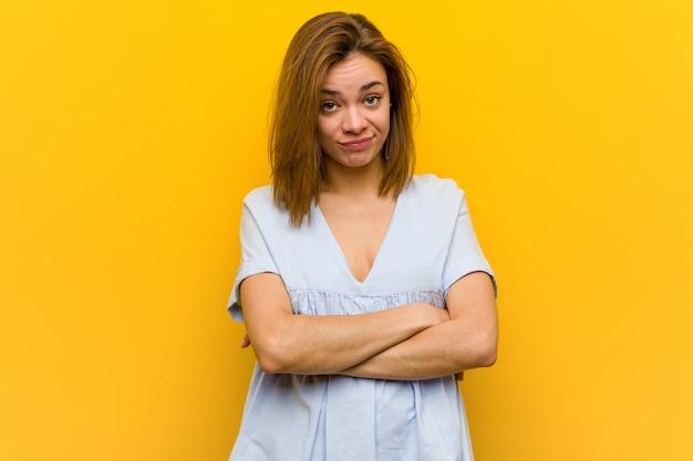 Młoda ładna młoda kobieta nieszczęśliwa patrzejąca w kamerze z sarkastycznym wyrażeniem