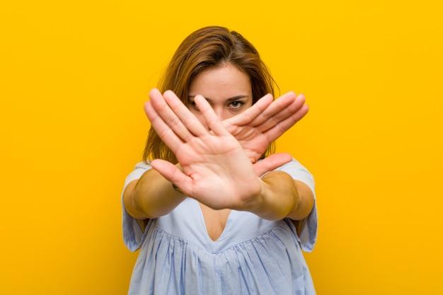 Młoda ładna młoda kobieta robi gest odmowy