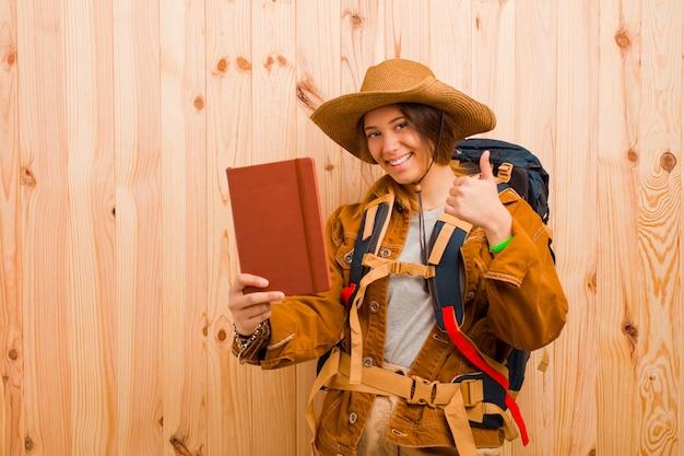 Młoda ładna podróżniczka kobieta z pamiętnikiem