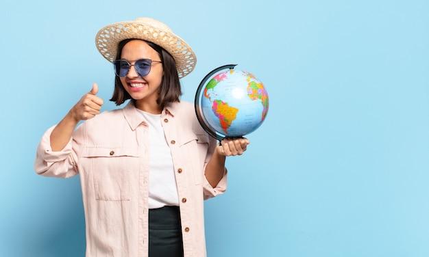 Młoda ładna podróżnik kobieta z mapą świata. koncepcja podróży lub wakacji