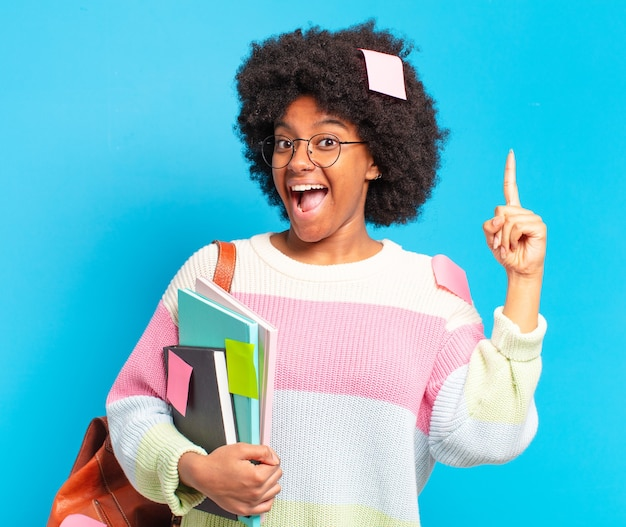 Młoda ładna studentka afro