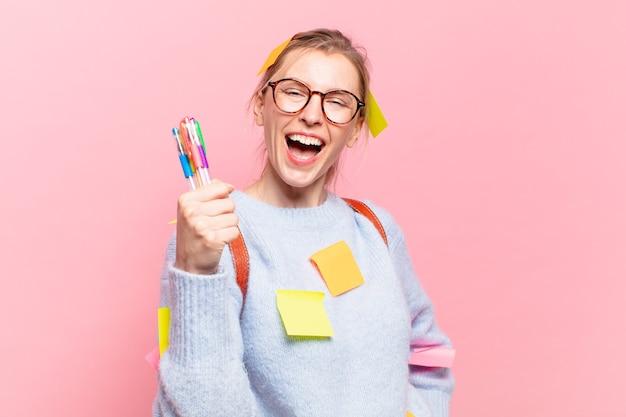 Młoda ładna studentka kobieta szczęśliwa ekspresja
