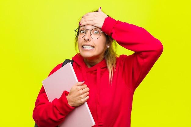 Młoda ładna studentka panikuje nad zapomnianym terminem, czuje się zestresowana, musi ukryć bałagan lub błąd
