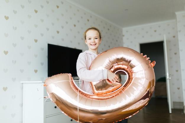 Młoda ładna urodzinowa dziewczyna.