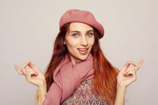 Młoda ładna zdziwiona kobieta z otwartym usta pozycją z otwartymi dłońmi