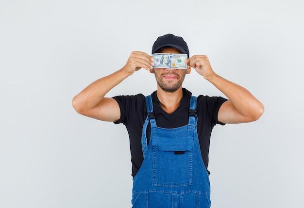 Młoda ładowarka ukrywa oczy za dolara w jednolity widok z przodu.