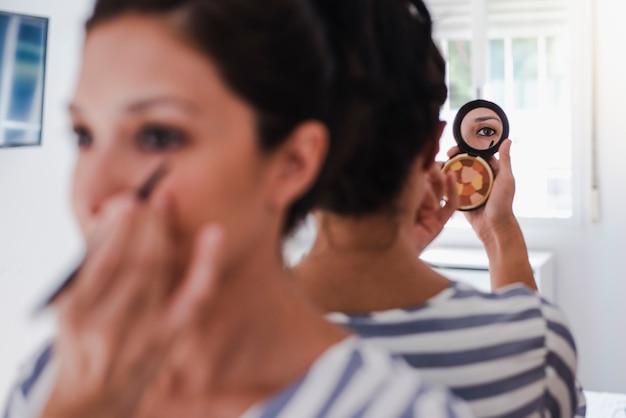 Młoda latina nakłada makijaż