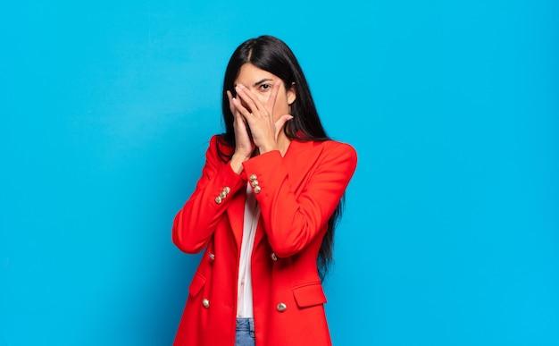 Młoda latynoska bizneswoman czuje się przestraszona lub zawstydzona