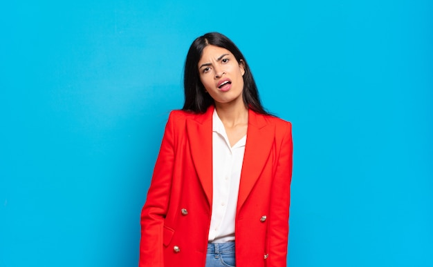 Młoda latynoska bizneswoman czuje się zdziwiona i zdezorientowana