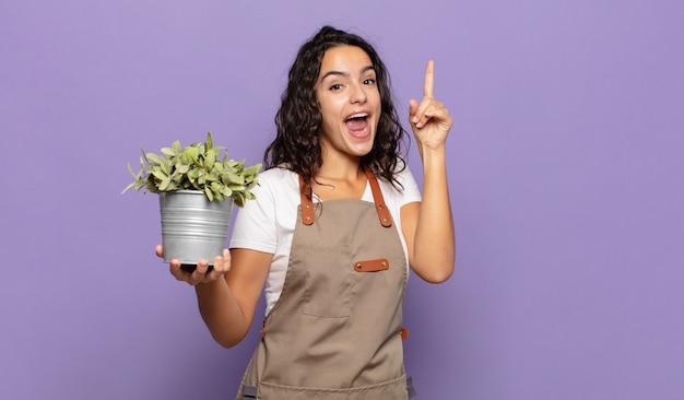 Młoda latynoska kobieta czuje się jak szczęśliwy i podekscytowany geniusz po zrealizowaniu pomysłu