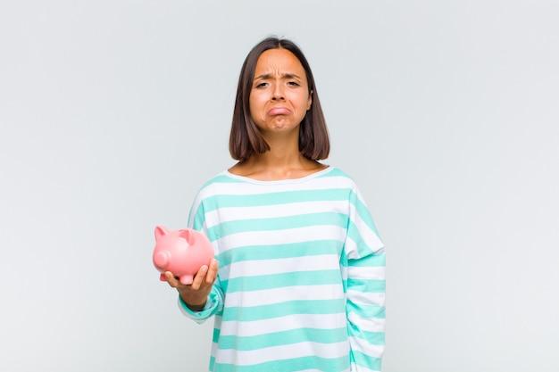 Młoda latynoska kobieta czuje się smutna i jęcząca z nieszczęśliwym spojrzeniem, płacze z negatywnym i sfrustrowanym nastawieniem