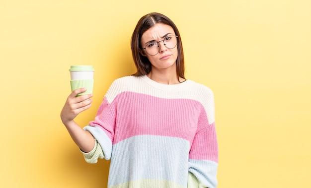 Młoda latynoska kobieta czuje się smutna i jęczy z nieszczęśliwym spojrzeniem i płaczem. koncepcja kawy na wynos