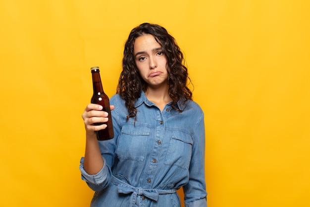 Młoda latynoska kobieta czuje się smutna i jęczy z nieszczęśliwym spojrzeniem, płacze z negatywnym i sfrustrowanym nastawieniem