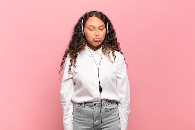 Młoda latynoska kobieta czuje się smutna i marudna z nieszczęśliwym spojrzeniem, płacze z negatywnym i sfrustrowanym nastawieniem. koncepcja telemarketera
