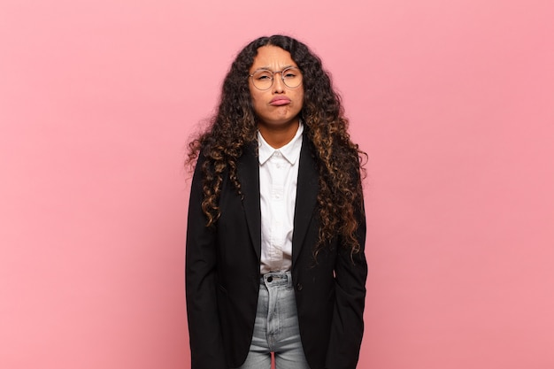Młoda latynoska kobieta czuje się smutna i marudna z nieszczęśliwym spojrzeniem, płacze z negatywnym i sfrustrowanym nastawieniem. pomysł na biznes