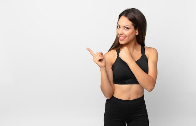 Młoda latynoska kobieta czuje się szczęśliwa i stoi przed wyzwaniem lub świętuje. koncepcja fitness