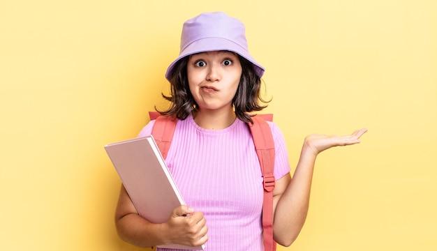 Młoda latynoska kobieta czuje się zakłopotana, zdezorientowana i wątpi. powrót do koncepcji szkoły