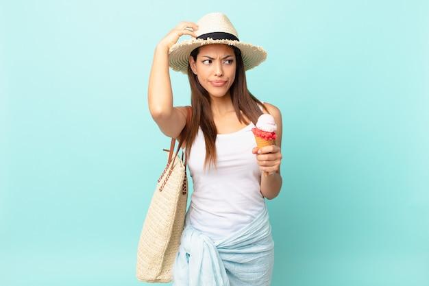 Młoda latynoska kobieta czuje się zdezorientowana i zdezorientowana, drapiąc się po głowie i trzymając lody. koncepcja suma