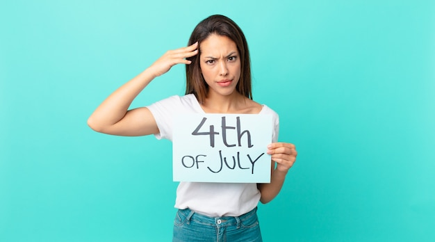 Młoda latynoska kobieta czuje się zdezorientowana i zdezorientowana, pokazując, że jesteś szalony. koncepcja dnia niepodległości