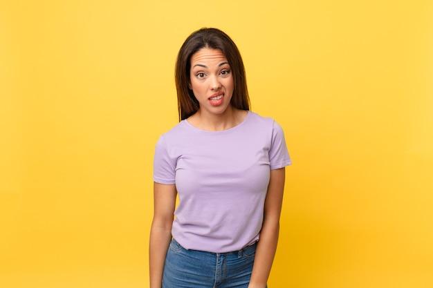 Młoda latynoska kobieta czuje się zdziwiona i zdezorientowana