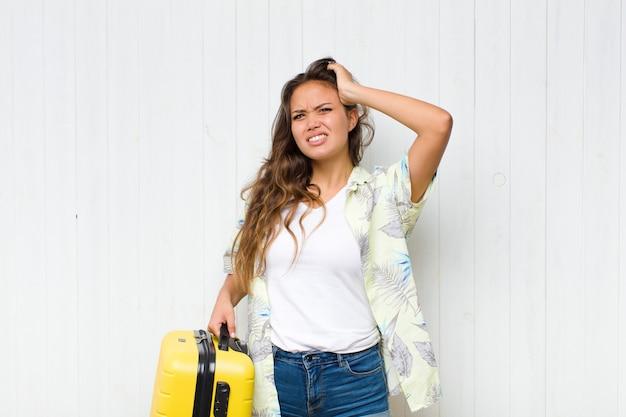 Młoda latynoska kobieta czuje się zestresowana, zmartwiona, niespokojna lub przestraszona, z rękami na głowie, panikuje podczas pomyłki