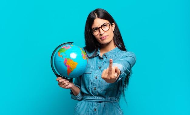 Młoda latynoska kobieta czuje się zła, zirytowana, buntownicza i agresywna, machając środkowym palcem, walcząc. koncepcja planety ziemi