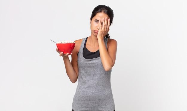 Młoda latynoska kobieta czuje się znudzona, sfrustrowana i senna po męczącym dniu. dieta fitness i koncepcja śniadania