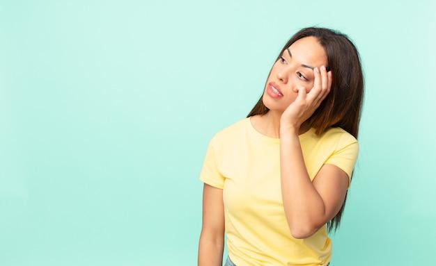 Młoda latynoska kobieta czuje się znudzona, sfrustrowana i senna po męczącym
